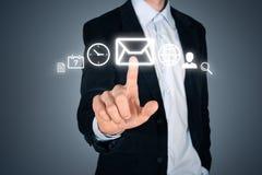 Biznesmen dotyka futurystycznego interfejs z ikonami Obrazy Stock