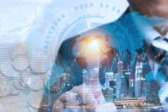 Biznesmen dotyka globalną sieć i dane wymianę sprawdzać w Fotografia Royalty Free