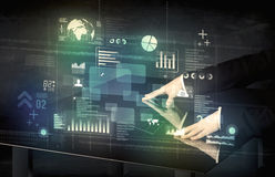 Biznesmen dotyka interaktywnego nowożytnego biurko z technologii ico Fotografia Royalty Free