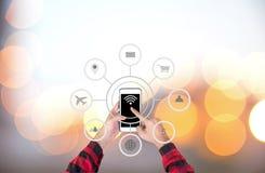 Biznesmen dotyka mądrze telefon automatyzaci pojęcie z ikon pokazywać Obrazy Royalty Free