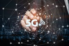 Biznesmen dotyka networking sferę z 5G i bezpłatnych internetów symbole wśrodku zdjęcie stock