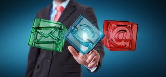 Biznesmen dotyka przejrzystą sześcianu kontaktu ikonę z jego fing Zdjęcia Stock