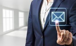 Biznesmen dotyka wirtualną komunikacyjną ikonę Obrazy Royalty Free