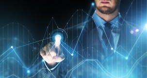 Biznesmen dotyka wirtualne mapy projekcyjne Obraz Stock