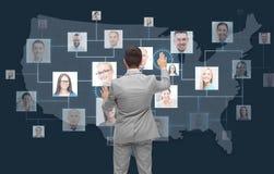 Biznesmen dotyka wirtualnego ekran z kontaktami Fotografia Stock