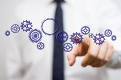 Biznesmen dotyka wirtualnego gearwheel, pojęcie entrepreneu zdjęcie royalty free
