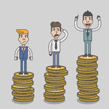 Biznesmen dumnie stoi na ogromny pieniądze monety wierza Obraz Royalty Free