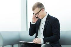 Biznesmen dyskutuje biznesowego dokument na jego smartphone fotografia royalty free