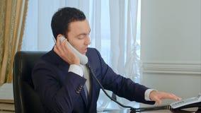 Biznesmen dyskutuje dokument z kolegą na telefonie komórkowym obraz royalty free