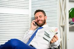 Biznesmen dyskutuje pomyślną transakcję Oszust mówi telefon komórkowego Pieniężny oszustwa przestępstwo Mężczyzna zarabia pieniąd obrazy stock