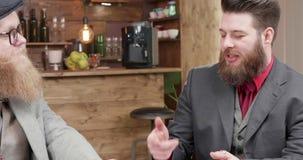 Biznesmen dyskutuje znacząco zagadnienia z jego partner zdjęcie wideo