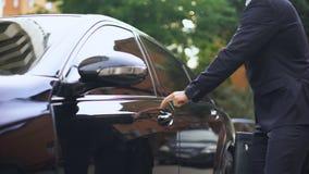 Biznesmen dzierżawi luksusowego samochód w wycieczce, zakup nowy samochód, sukces zbiory wideo