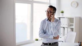 Biznesmen dzwoni na smartphone przy biurem zbiory