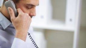 Biznesmen dzwoni na telefonie z laptopem zdjęcie wideo