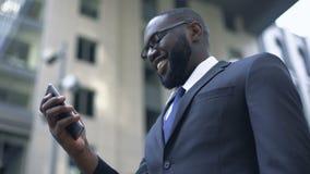 Biznesmen excited z dogodnym app w smartphone, elektroniczny organizator zbiory