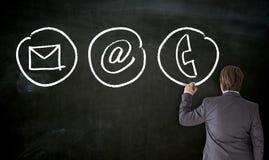 Biznesmen farby z kredą kontaktują się opcje na blackboard obraz royalty free