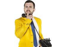 Biznesmen gestykuluje cisza, opowiadający na telefonie zdjęcia stock