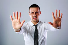 Biznesmen gestykuluje przerwa znaka z oba rękami Fotografia Royalty Free