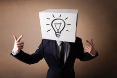 Biznesmen gestykuluje z kartonem na jego głowie z ligh fotografia stock