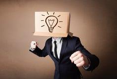 Biznesmen gestykuluje z kartonem na jego głowie z ligh zdjęcia royalty free