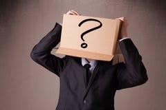 Biznesmen gestykuluje z kartonem na jego głowie z ques Obrazy Stock