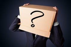 Biznesmen gestykuluje z kartonem na jego głowie z ques Zdjęcie Stock