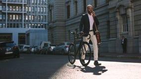 Biznesmen iść biuro bicyklem i opowiada na telefonie zdjęcia royalty free