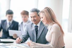 Biznesmen i asystent w miejscu pracy w biurze zdjęcie royalty free