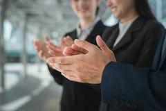 Biznesmen i biznesowa kobieta klasczemy ich ręki gratulować podpisywanie kontrakt między ich firmami lub zgoda zdjęcie stock