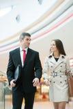 Biznesmen i bizneswoman chodzi wpólnie Zdjęcie Royalty Free