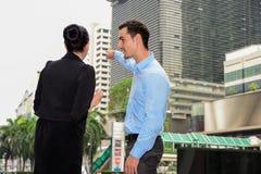Biznesmen i bizneswoman opowiadaliśmy biznes plenerowego Zdjęcie Stock