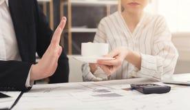 Biznesmen i bizneswoman pracuje w biurowym wnętrzu Zdjęcie Royalty Free