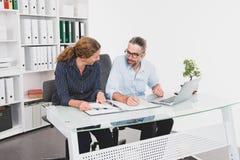 Biznesmen i bizneswoman pracuje wpólnie w biurze fotografia royalty free