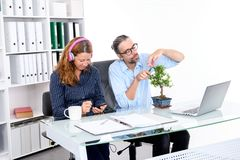 Biznesmen i bizneswoman przerwę wpólnie w offic obraz stock