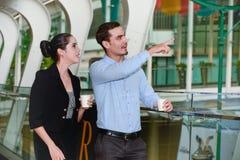 Biznesmen i bizneswoman stoimy biznes z plastikowym kubkiem na ręce i opowiadaliśmy Zdjęcia Stock