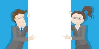 Biznesmen i bizneswoman trzyma białego pustego plakat na błękitnym tle Zdjęcia Stock