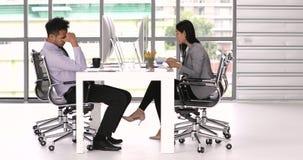 biznesmen i bizneswoman w biurze zbiory