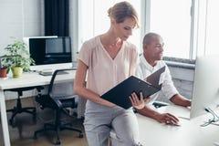 biznesmen i bizneswoman w biurze Zdjęcie Stock