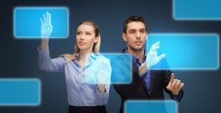Biznesmen i bizneswoman z wirtualnymi ekranami Zdjęcia Royalty Free