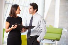 Biznesmen I bizneswomany Ma spotkania W biurze Zdjęcie Royalty Free