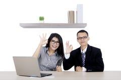 Biznesmen i jego partner pokazuje OK znaka zdjęcia stock