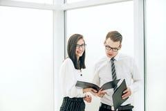 Biznesmen i jego pomocniczy dyskutuje praca plan obrazy stock
