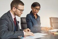 Biznesmen i kobiety ma poważnego spotkania zdjęcia stock