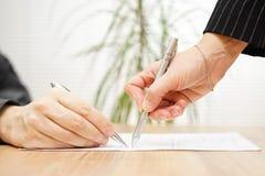 Biznesmen i konsultant dyskutuje nad kontraktem obraz stock