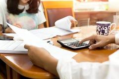 Biznesmen i partner używa kalkulatora calaulating finanse Zdjęcia Stock