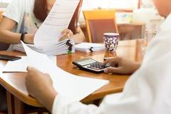 Biznesmen i partner używa kalkulatora calaulating finanse Zdjęcia Royalty Free