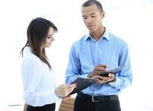Biznesmen i pracownik dyskutuje harmonogram prac zdjęcia royalty free