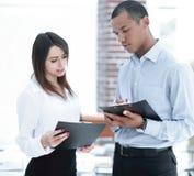 Biznesmen i pracownik dyskutuje harmonogram prac zdjęcie stock