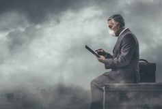 Biznesmen i zanieczyszczający miasto zdjęcie stock