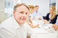 Biznesmen jako kompetentny konsultant zdjęcie royalty free